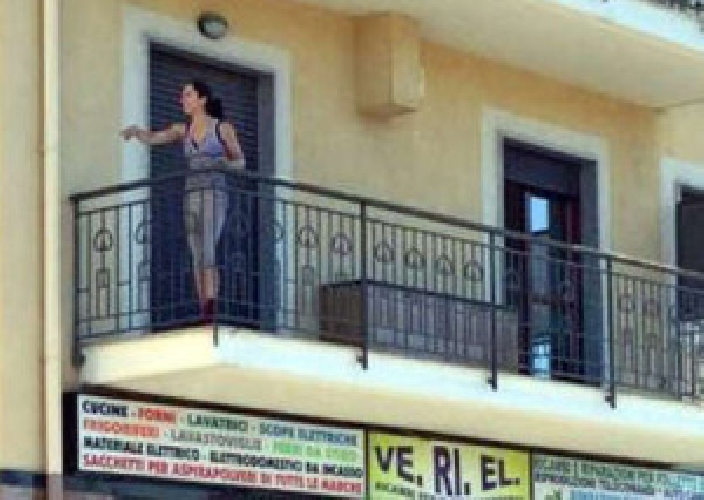 https://www.ragusanews.com//immagini_articoli/04-07-2015/ragazza-18enne-tenta-suicidio-dal-balcone-salvata-500.jpg