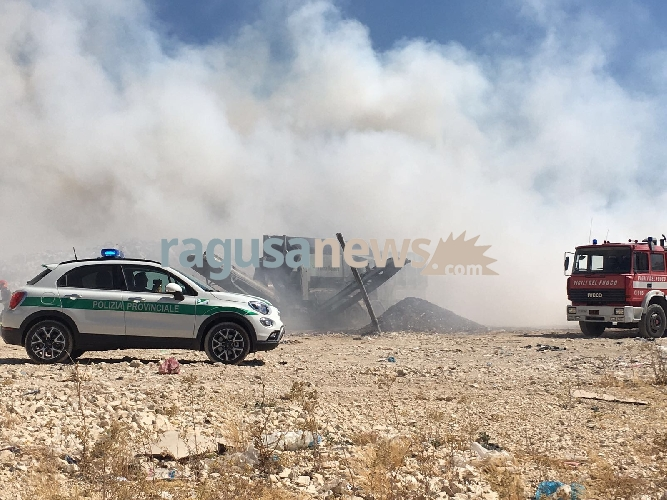 http://www.ragusanews.com//immagini_articoli/04-07-2017/fuoco-discarica-cava-modicani-500.jpg