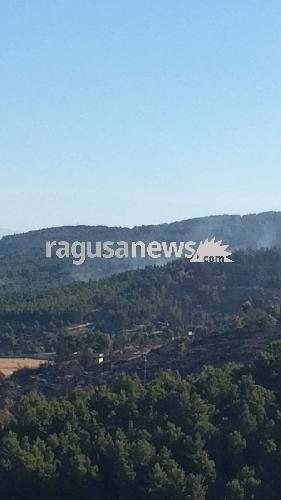 http://www.ragusanews.com//immagini_articoli/04-07-2017/incendi-stamattina-brucia-cava-acqua-500.jpg