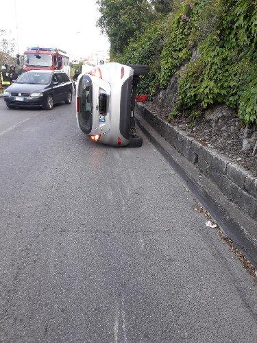 https://www.ragusanews.com//immagini_articoli/04-07-2019/1562237805-incidente-per-una-famiglia-inglese-modica-pozzallo-1-500.jpg