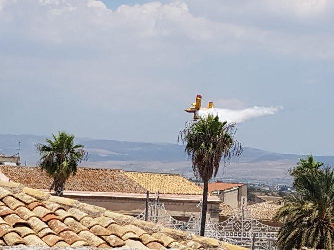 https://www.ragusanews.com//immagini_articoli/04-07-2019/1562256846-va-a-fuoco-la-valle-ippari-arrivano-i-canadair-2-500.jpg