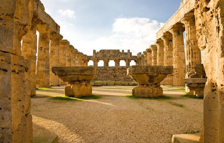 https://www.ragusanews.com//immagini_articoli/04-07-2019/archeologia-scoperta-l-area-dei-sacrifici-a-selinunte-500.jpg