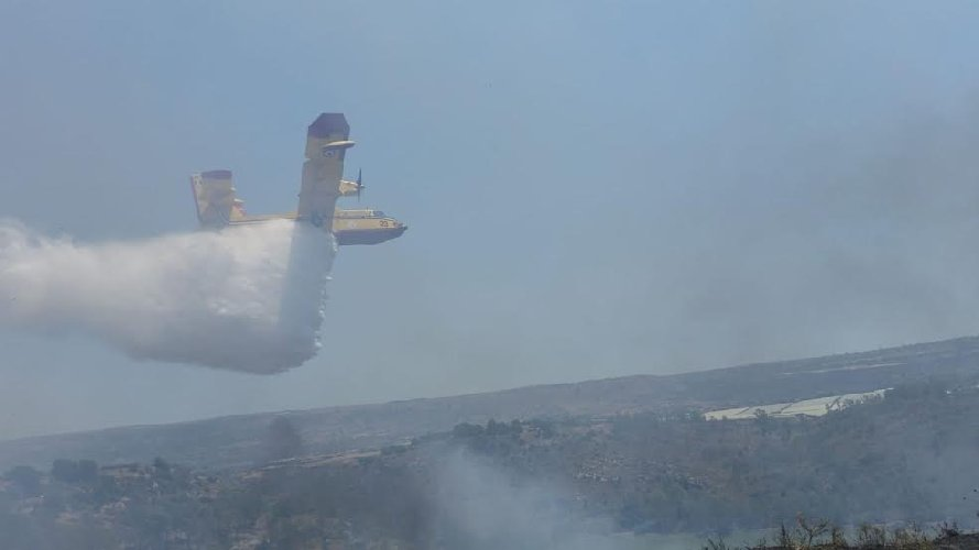 https://www.ragusanews.com//immagini_articoli/04-07-2019/va-a-fuoco-la-valle-ippari-arrivano-i-canadair-500.jpg