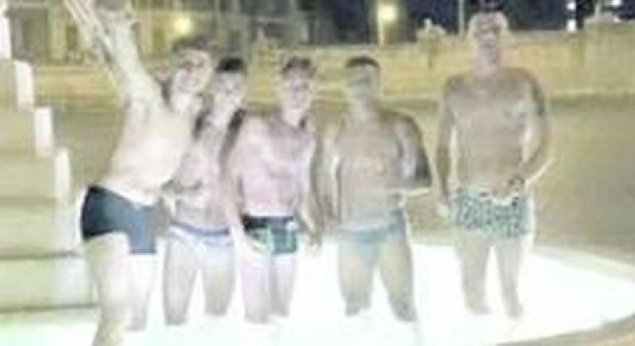 https://www.ragusanews.com//immagini_articoli/04-07-2020/a-pozzallo-ragazzi-scalmanati-fanno-il-bagno-nelle-fontane-pubbliche-500.jpg