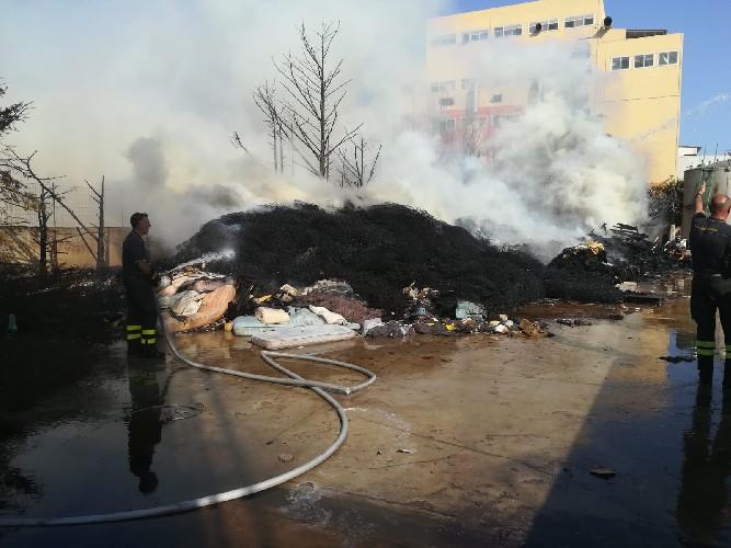 https://www.ragusanews.com//immagini_articoli/04-07-2020/incendio-alla-eco-dep-di-pozzallo-500.jpg