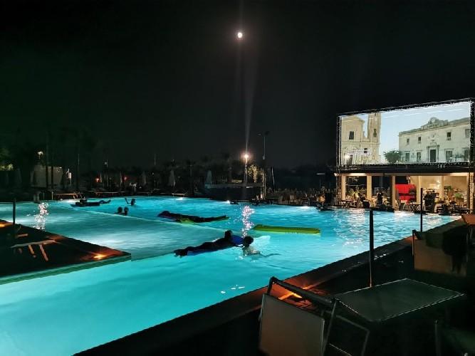 https://www.ragusanews.com//immagini_articoli/04-07-2020/sicilia-il-cinema-e-in-piscina-gli-spettatori-a-mollo-500.jpg