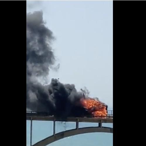 https://www.ragusanews.com//immagini_articoli/04-07-2020/sicilia-il-video-del-camion-in-fiamme-sul-viadotto-500.jpg