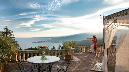 https://www.ragusanews.com//immagini_articoli/04-07-2020/taormina-riapre-il-grand-hotel-timeo-240.jpg