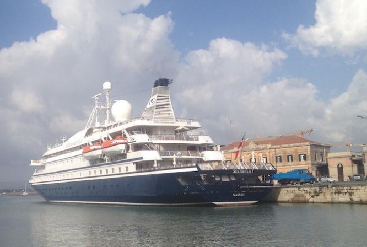 http://www.ragusanews.com//immagini_articoli/04-08-2015/seadream-i-uno-yacht-extralusso-solca-il-nostro-mare-500.jpg