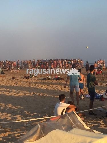 http://www.ragusanews.com//immagini_articoli/04-08-2017/rissa-spiaggia-pallonata-giovani-denunciati-500.jpg