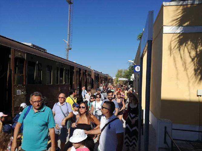 https://www.ragusanews.com//immagini_articoli/04-08-2017/treno-barocco-siracusa-scicli-ibla-500.jpg