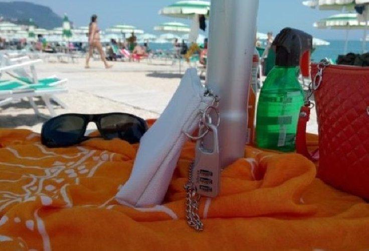https://www.ragusanews.com//immagini_articoli/04-08-2018/sampieri-arrestato-spiaggia-mentre-rubava-ombrelloni-500.jpg