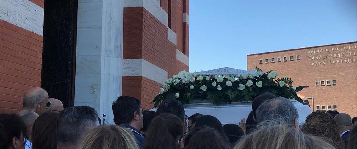 https://www.ragusanews.com//immagini_articoli/04-08-2019/l-ultimo-saluto-a-edoardo-chisari-morto-strada-a-17-anni-500.jpg