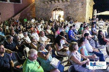 https://www.ragusanews.com//immagini_articoli/04-08-2019/mazzotta-lo-iacono-nadia-terranova-e-salvo-toscano-a-punta-secca-240.jpg