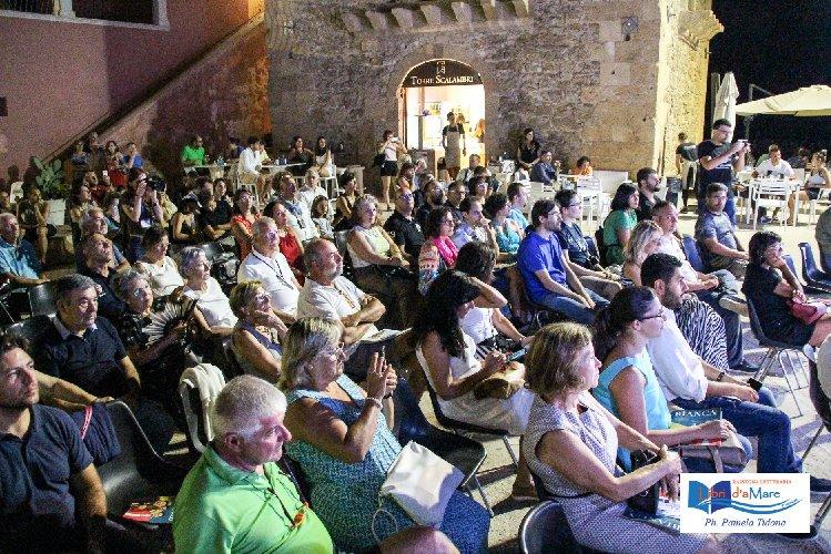 https://www.ragusanews.com//immagini_articoli/04-08-2019/mazzotta-lo-iacono-nadia-terranova-e-salvo-toscano-a-punta-secca-500.jpg