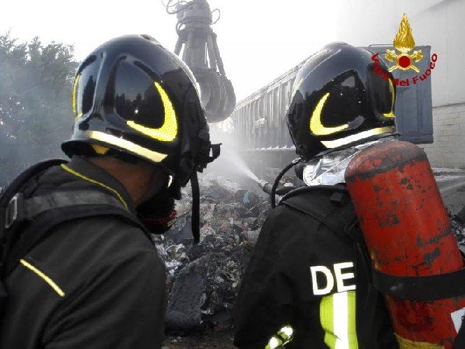 https://www.ragusanews.com//immagini_articoli/04-08-2019/va-a-fuoco-un-autocarro-demolizione-riolo-a-ragusa-500.jpg