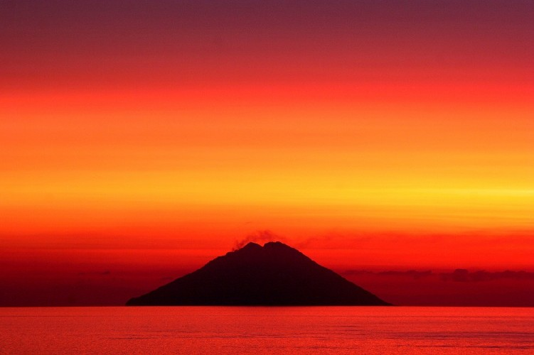 https://www.ragusanews.com//immagini_articoli/04-08-2020/1596558983-sicilia-d-estate-tra-spiagge-solitarie-e-campagne-assolate-2-500.jpg