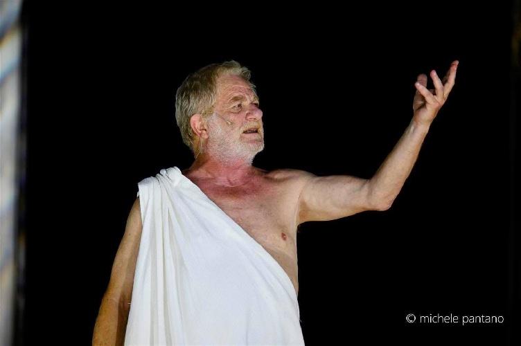 https://www.ragusanews.com//immagini_articoli/04-08-2021/1628079496-a-teatro-greco-di-siracusa-le-nuvole-sobrie-ed-eleganti-1-500.jpg