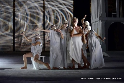https://www.ragusanews.com//immagini_articoli/04-08-2021/1628079501-a-teatro-greco-di-siracusa-le-nuvole-sobrie-ed-eleganti-3-280.jpg