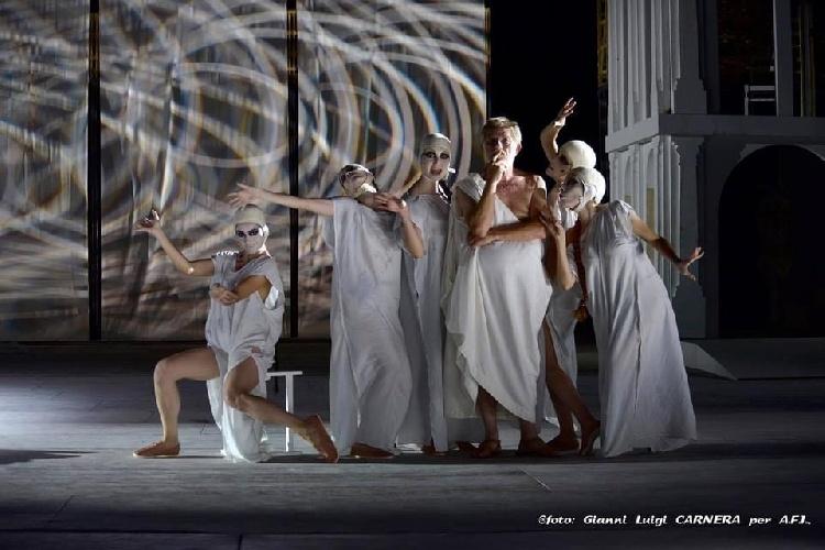 https://www.ragusanews.com//immagini_articoli/04-08-2021/1628079501-a-teatro-greco-di-siracusa-le-nuvole-sobrie-ed-eleganti-3-500.jpg