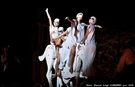 https://www.ragusanews.com//immagini_articoli/04-08-2021/1628079503-a-teatro-greco-di-siracusa-le-nuvole-sobrie-ed-eleganti-4-280.jpg