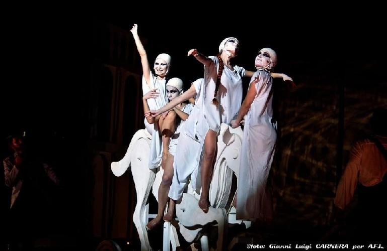 https://www.ragusanews.com//immagini_articoli/04-08-2021/1628079503-a-teatro-greco-di-siracusa-le-nuvole-sobrie-ed-eleganti-4-500.jpg