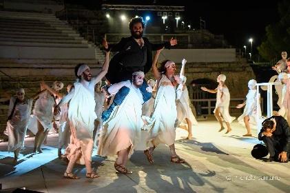 https://www.ragusanews.com//immagini_articoli/04-08-2021/a-teatro-greco-di-siracusa-le-nuvole-sobrie-ed-eleganti-280.jpg