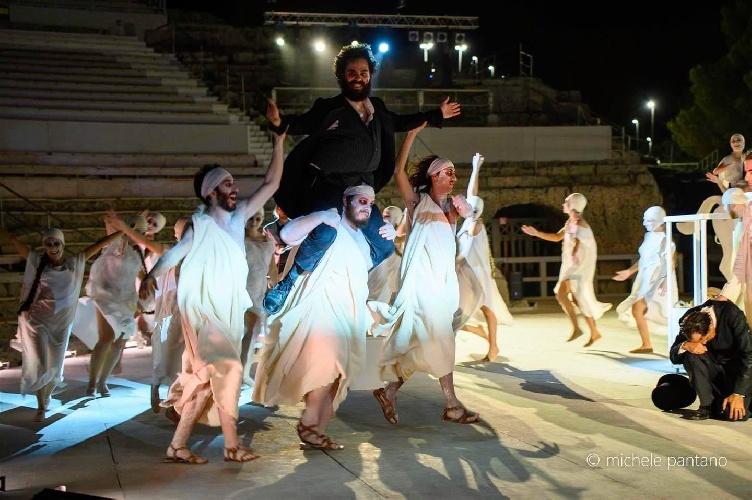 https://www.ragusanews.com//immagini_articoli/04-08-2021/a-teatro-greco-di-siracusa-le-nuvole-sobrie-ed-eleganti-500.jpg