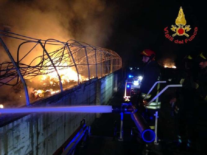 http://www.ragusanews.com//immagini_articoli/04-09-2014/incendiati-due-capannoni-nella-notte-vicino-al-mercato-di-vittoria-500.jpg
