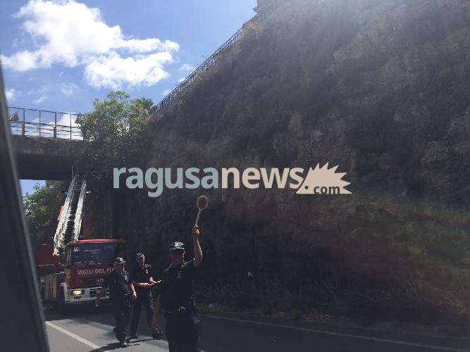 https://www.ragusanews.com//immagini_articoli/04-09-2017/calcinacci-cavalcavia-traffico-rallentato-modica-500.jpg