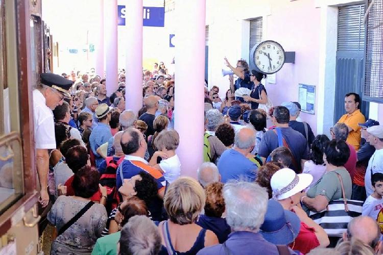 http://www.ragusanews.com//immagini_articoli/04-09-2017/treno-barocco-arriva-scicli-bingo-foto-500.jpg