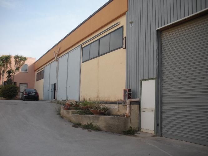 https://www.ragusanews.com//immagini_articoli/04-09-2017/vendesi-capannone-contrada-arizza-500.jpg