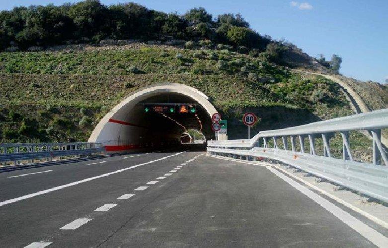 https://www.ragusanews.com//immagini_articoli/04-09-2018/siracusa-catania-chiusa-notti-lavori-tunnel-500.jpg