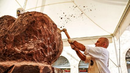 https://www.ragusanews.com//immagini_articoli/04-10-2019/al-ttg-di-rimini-un-boeing-737300-in-cioccolato-di-modica-240.jpg