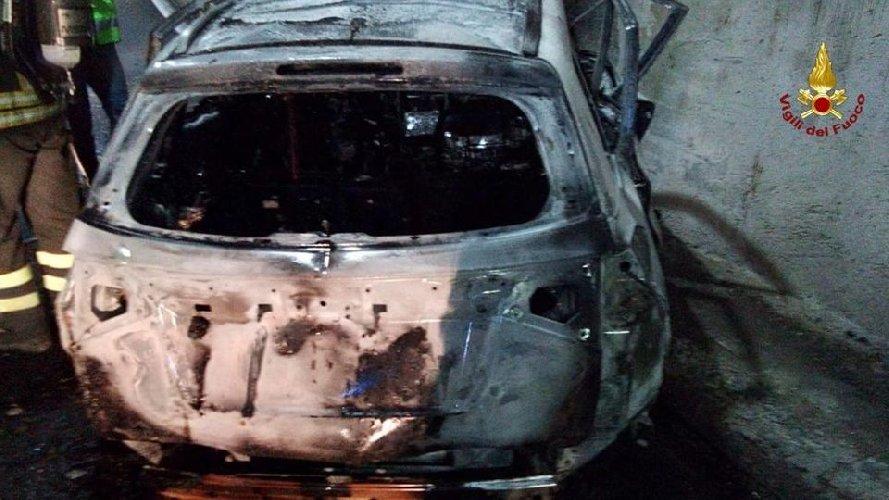 https://www.ragusanews.com//immagini_articoli/04-10-2019/sbanda-l-auto-prende-fuoco-muore-carbonizzato-500.jpg