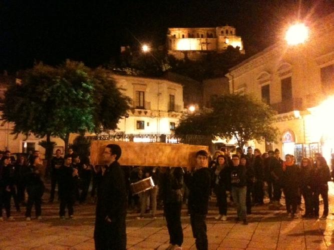 https://www.ragusanews.com//immagini_articoli/04-11-2011/scicli-funerale-con-marcia-funebre-ad-essere-morta-pero-e-la-scuola-500.jpg