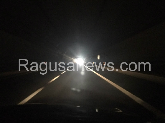 http://www.ragusanews.com//immagini_articoli/04-11-2016/moto-travolge-automobilista-in-panne-incidente-in-galleria-420.jpg