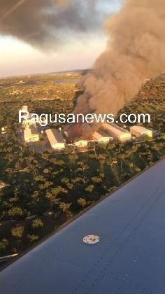 http://www.ragusanews.com//immagini_articoli/04-11-2016/pauroso-incendio-alla-ovoblanco-un-morto-alessio-iabichella-video-420.jpg