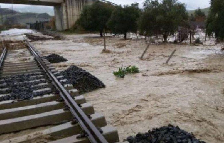 https://www.ragusanews.com//immagini_articoli/04-11-2018/binari-allagati-sostituiscono-treni-sicilia-500.jpg