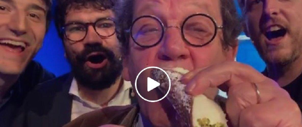 https://www.ragusanews.com//immagini_articoli/04-11-2019/dopo-averle-sbagliate-tutte-daverio-mangia-un-cannolo-video-500.jpg