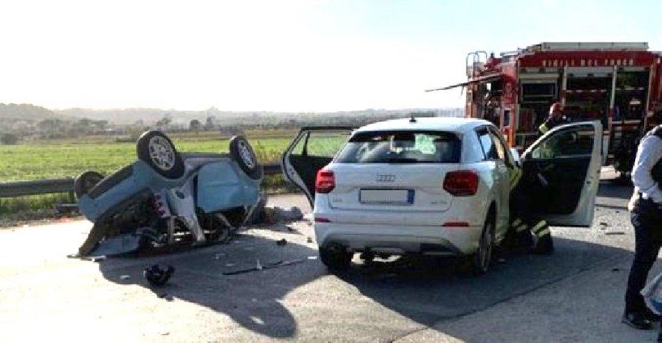 https://www.ragusanews.com//immagini_articoli/04-11-2019/incidente-mortale-auto-si-ribalta-muore-34enne-500.jpg