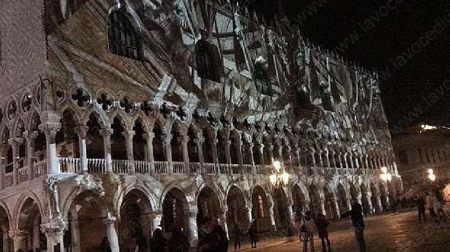 https://www.ragusanews.com//immagini_articoli/04-11-2020/tom-cruise-e-la-mission-impossible-di-far-esplodere-palazzo-ducale-500.jpg