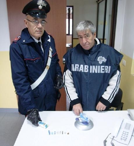http://www.ragusanews.com//immagini_articoli/04-12-2014/droga-a-scuola-arrestato-pusher-16enne-500.jpg