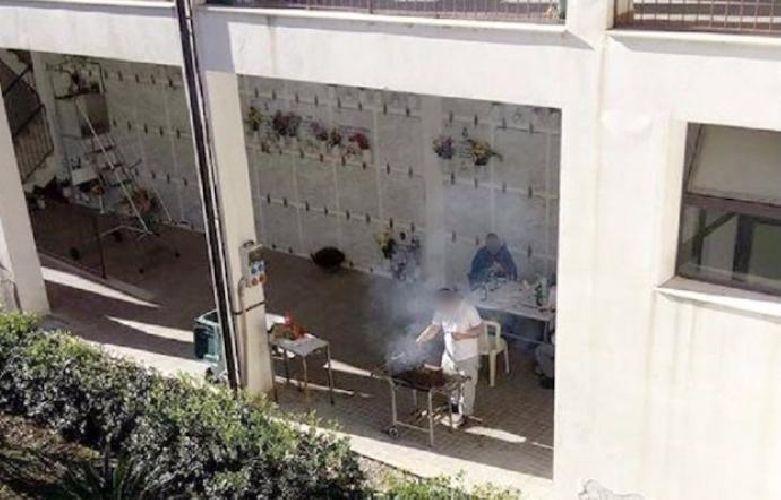 http://www.ragusanews.com//immagini_articoli/04-12-2017/arrusta-mancia-cimitero-denunciati-500.jpg