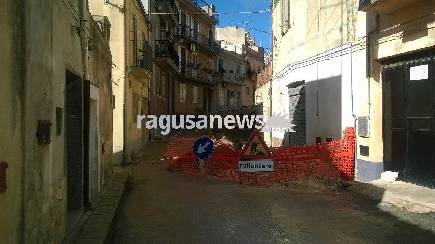 http://www.ragusanews.com//immagini_articoli/04-12-2017/chiaramonte-ambulanza-passa-strada-interrotta-nessuno-sapeva-500.jpg