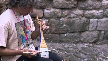http://www.ragusanews.com//immagini_articoli/04-12-2017/liutaio-randazzo-musica-medievale-moto-sfere-celesti-240.jpg