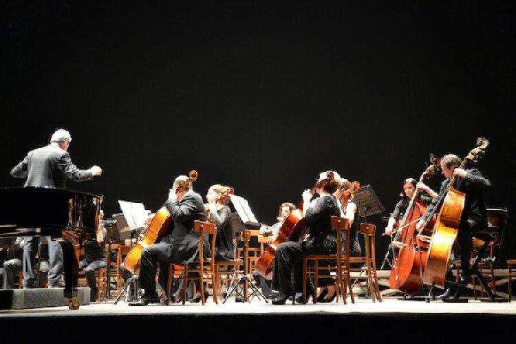 https://www.ragusanews.com//immagini_articoli/04-12-2018/magica-orchestra-suona-musiche-popolari-ragusa-500.jpg