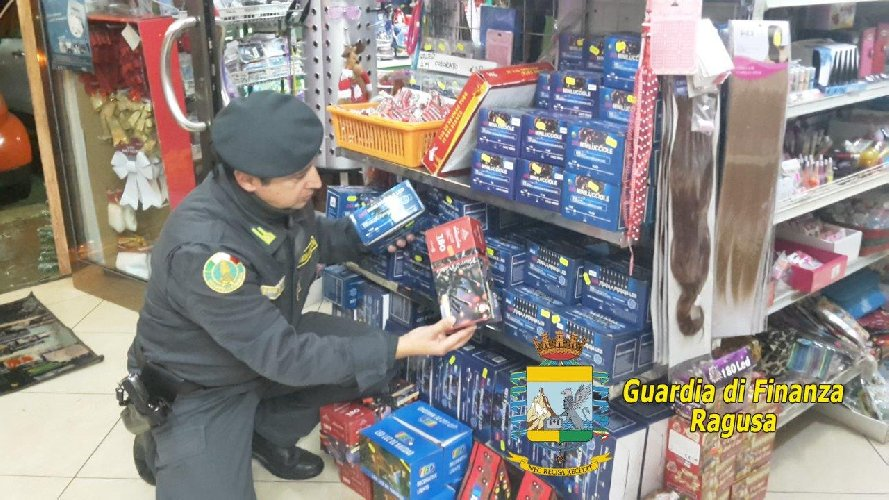 https://www.ragusanews.com//immagini_articoli/04-12-2019/modica-sequestrati-giocattoli-natalizi-non-a-norma-500.jpg