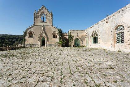 https://www.ragusanews.com//immagini_articoli/04-12-2020/1607083024-a-ragusa-si-vende-un-castello-per-un-milione-e-mezzo-di-euro-1-280.jpg