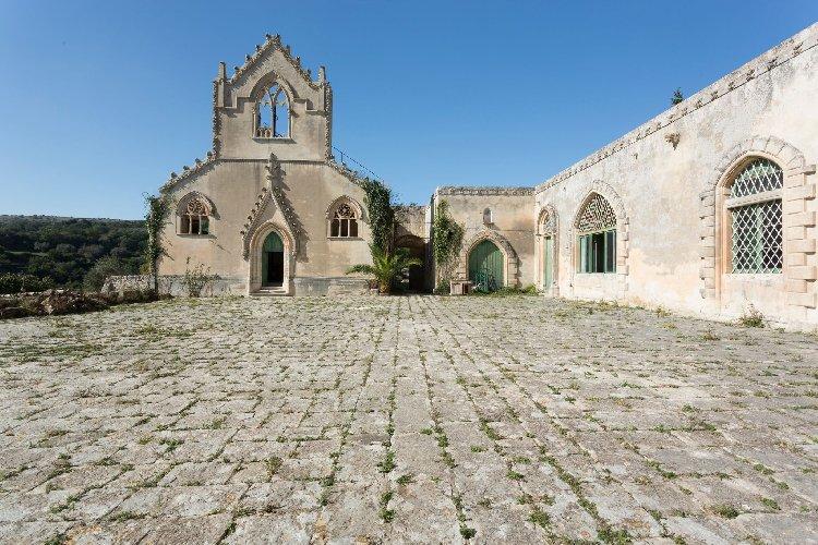 https://www.ragusanews.com//immagini_articoli/04-12-2020/1607083024-a-ragusa-si-vende-un-castello-per-un-milione-e-mezzo-di-euro-1-500.jpg